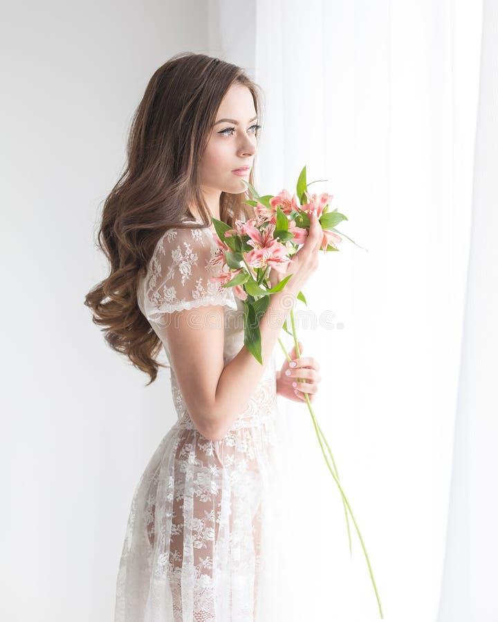 Belle fille avec un bouquet des fleurs images libres de droits