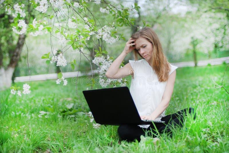 Belle fille avec un carnet images libres de droits