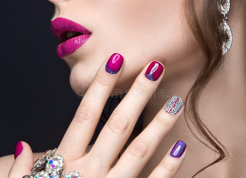 Belle fille avec un maquillage lumineux de soirée et manucure rose avec des fausses pierres Conception de clou Visage de beauté photo stock