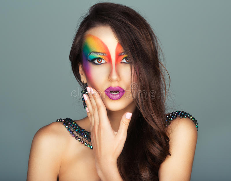 Belle fille avec un maquillage multicolore lumineux de mode des yeux photographie stock libre de droits