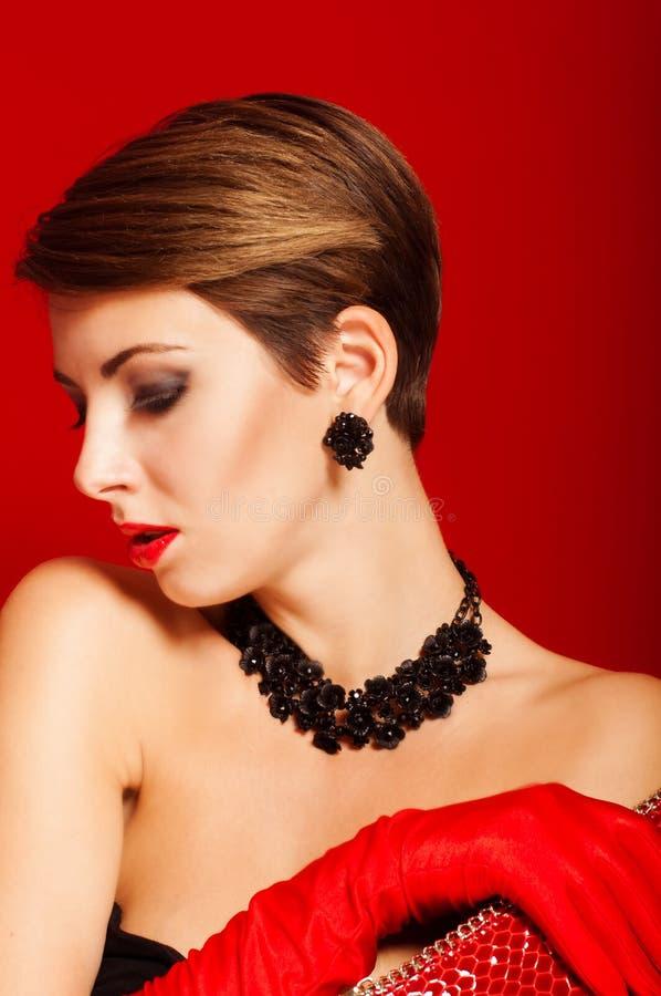 Download Belle Fille Avec Un Sac D'embrayage Rouge Image stock - Image du femelle, brun: 45369433