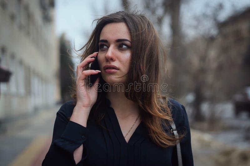 Belle fille avec un smartphone image libre de droits