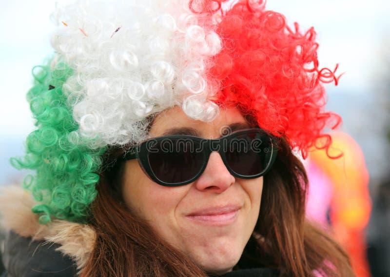 Belle fille avec une grande perruque et des lunettes de soleil images libres de droits