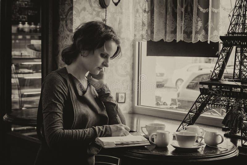 Belle fille avec une tasse de café dans un café, avec un petit peu de s photo libre de droits