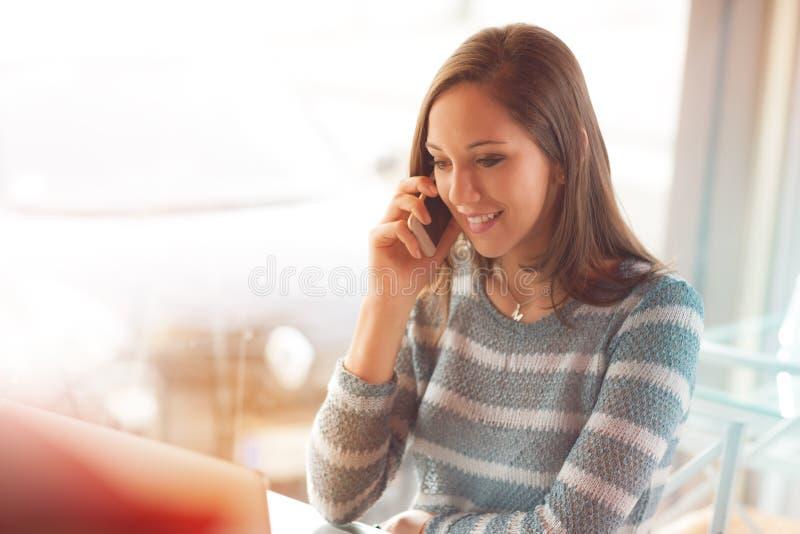 Belle fille ayant un appel téléphonique photo stock