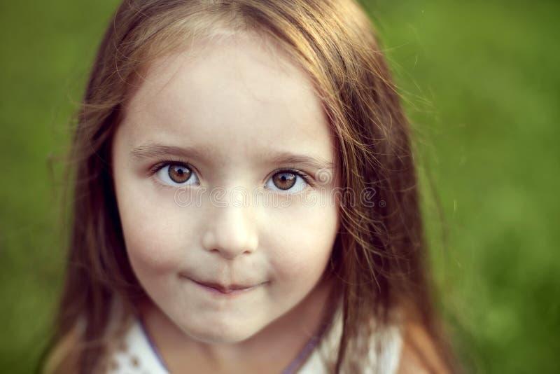 Belle fille blanche avec de longs cheveux et grands yeux noisette regardant s image stock