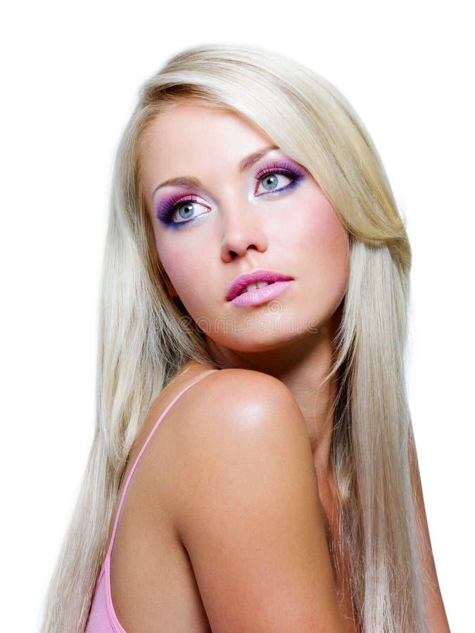 Belle fille blonde avec le long cheveu droit images stock