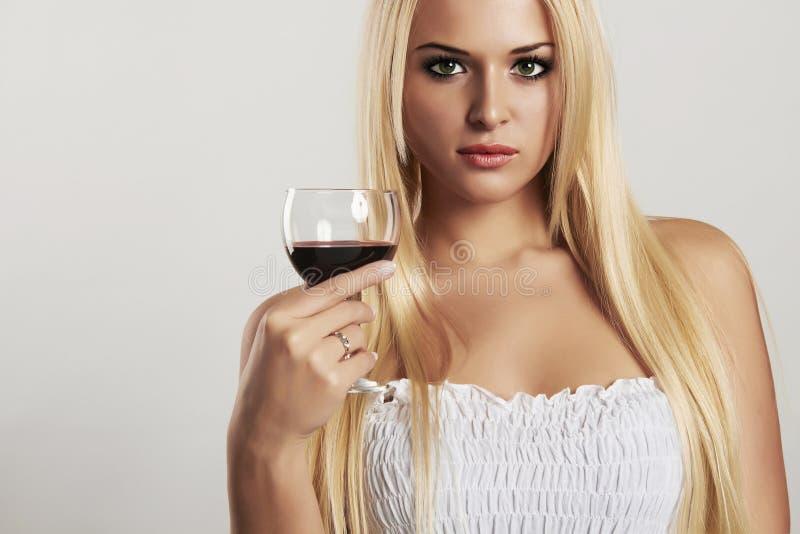 Belle fille blonde avec le verre à vin Vin rouge sec jeune femme sexy avec de l'alcool photographie stock libre de droits
