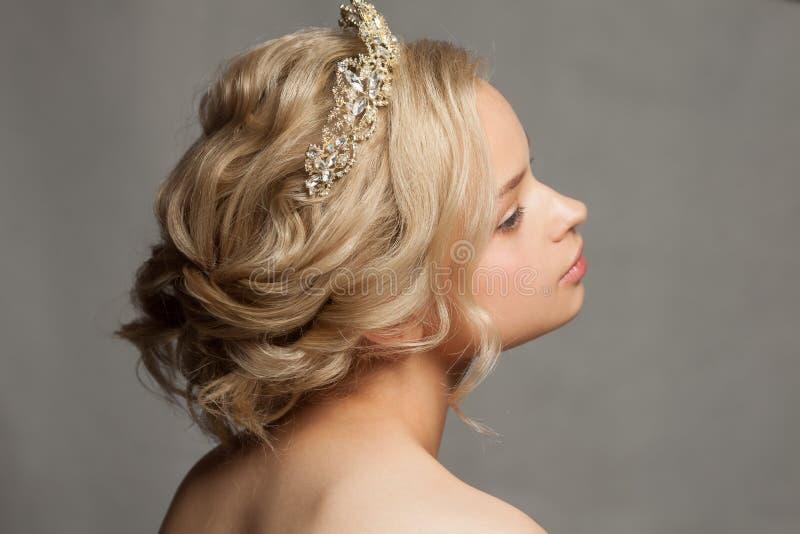 Belle fille blonde dans l'image d'une jeune mariée avec un diadème dans ses cheveux photographie stock libre de droits