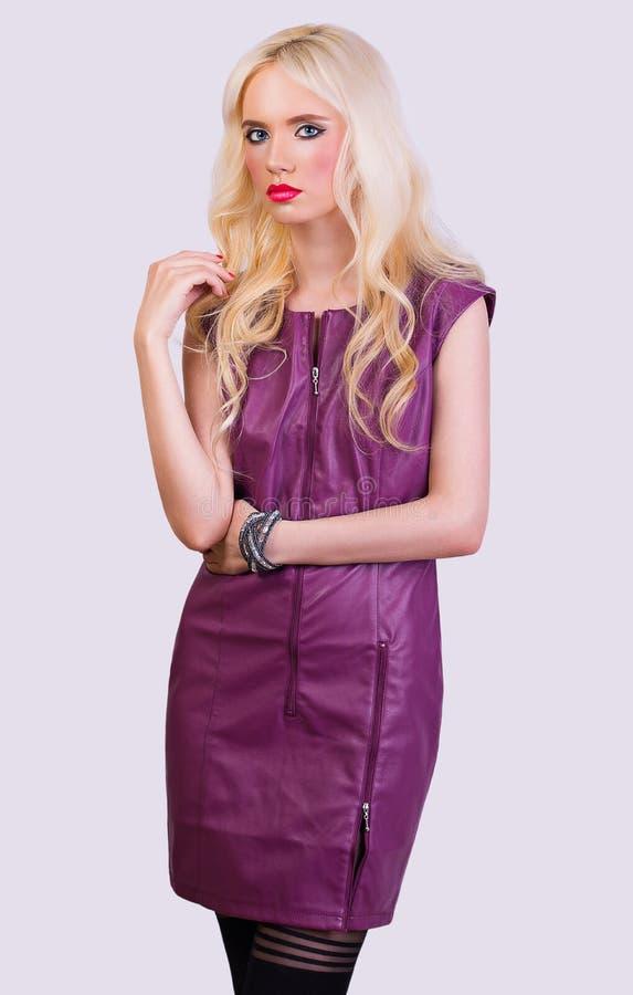 Belle fille blonde dans la robe violette image libre de droits