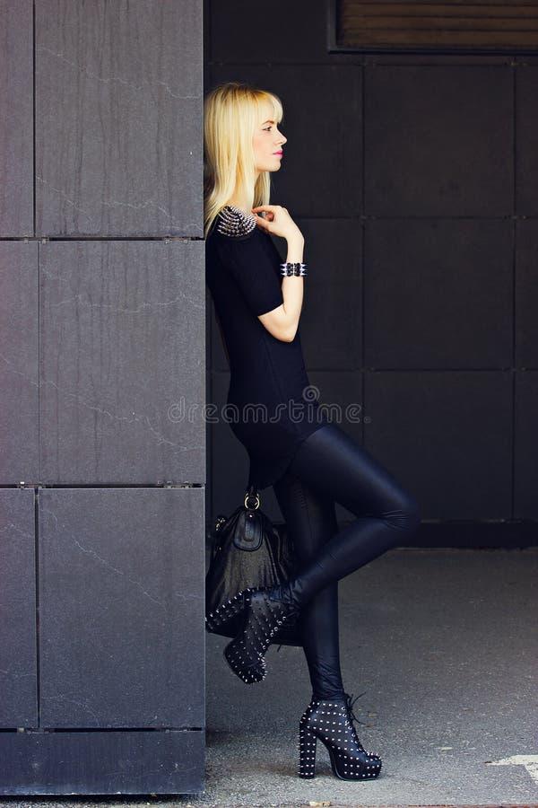 Belle fille blonde dans la ville photos stock