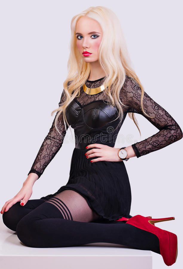 Belle fille blonde dans le style de soirée photos libres de droits
