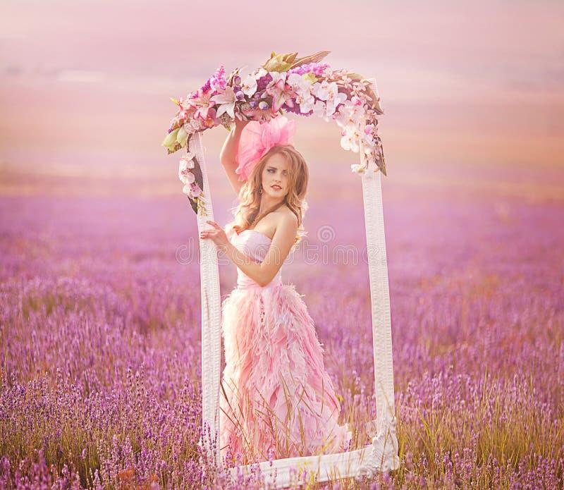 Belle fille blonde dans un domaine de lavande photo libre de droits