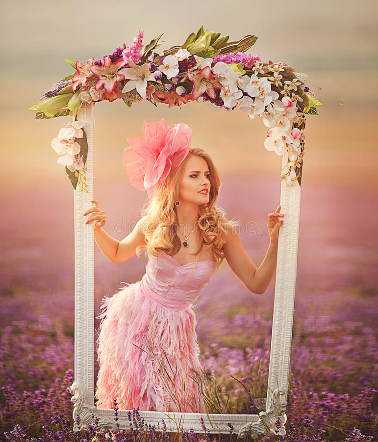 Belle fille blonde dans un domaine de lavande image stock