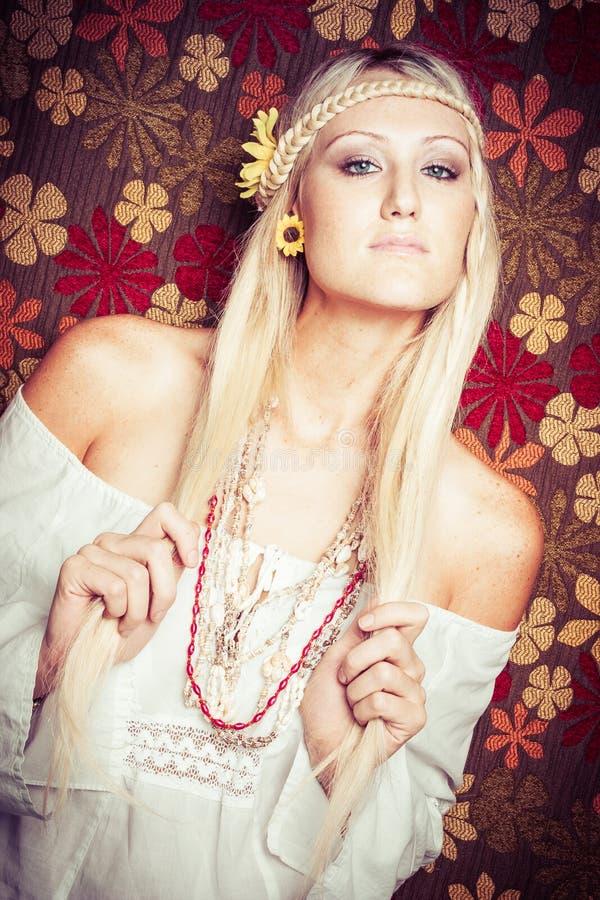 Belle fille blonde de hippie image stock
