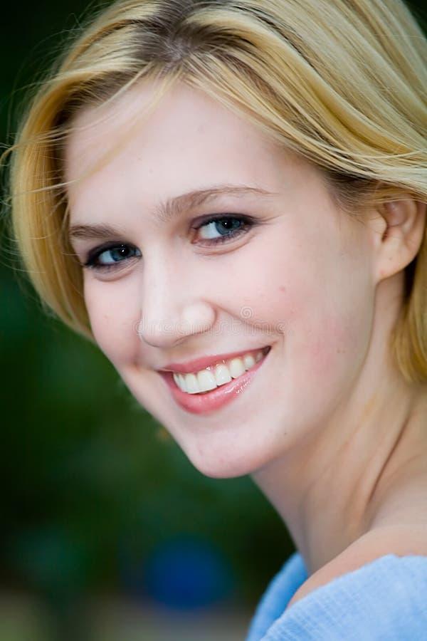Belle fille blonde de Yong avec des œil bleu image libre de droits
