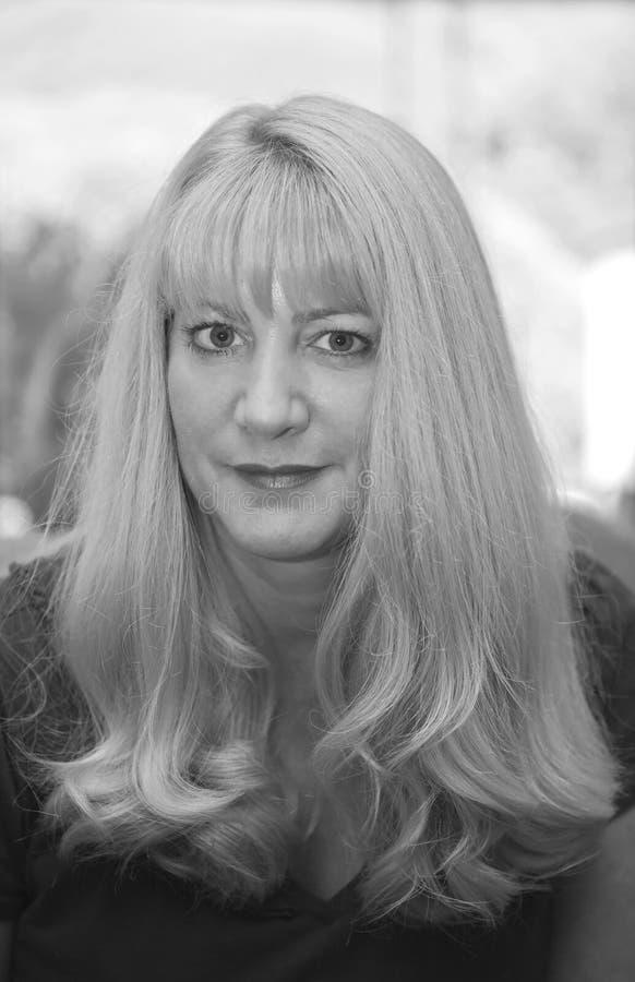 Belle fille blonde en noir et blanc photographie stock