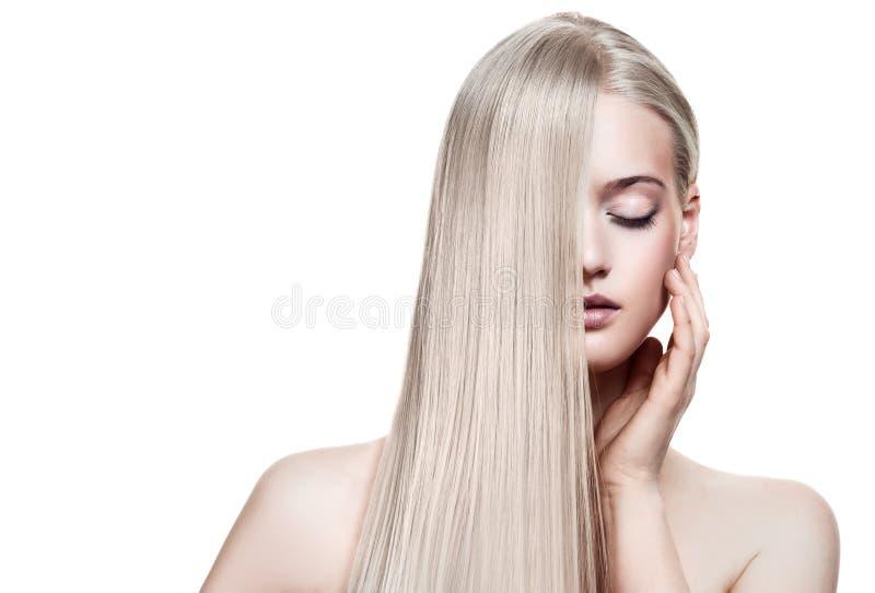 Belle fille blonde. Long cheveu sain photo libre de droits