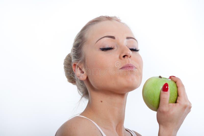 Belle fille blonde magnifique et pomme verte photos libres de droits