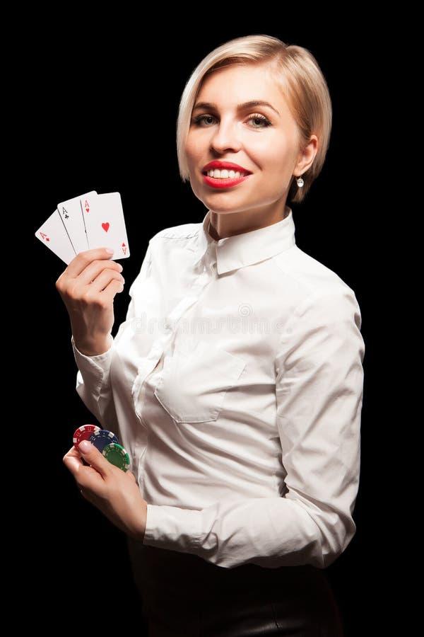 Belle fille blonde montrant des cartes d'un tisonnier images stock