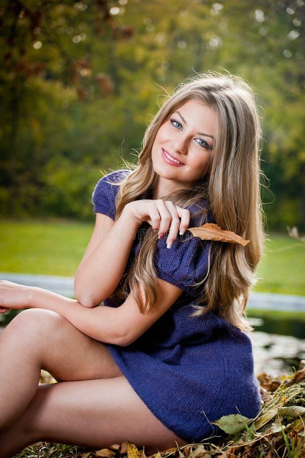 Belle fille blonde posant dans une forêt d'automne images stock