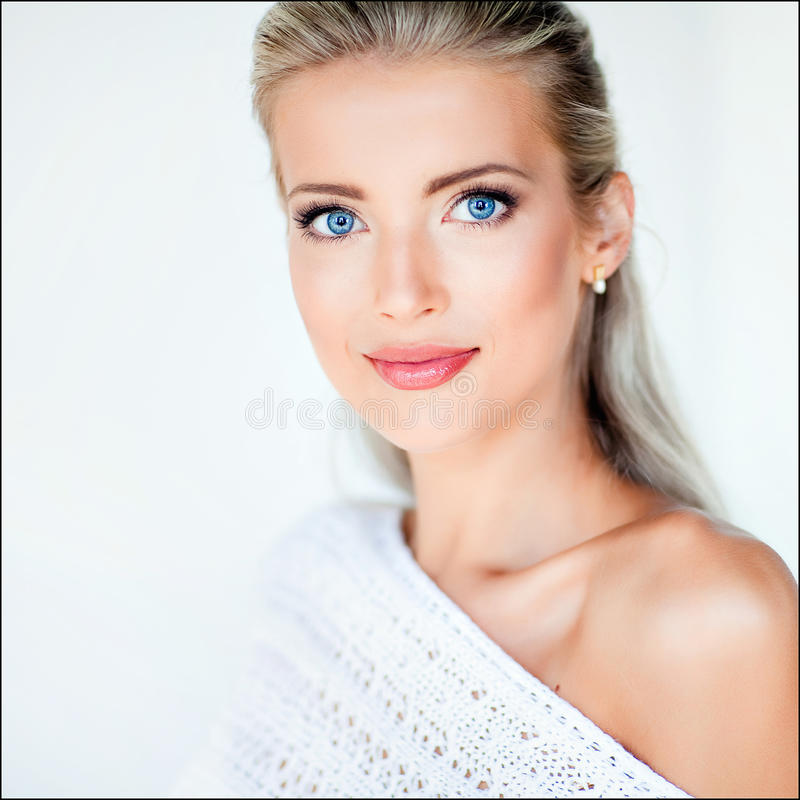 Belle fille blonde sensuelle sexy dans une veste blanche dans le studio, photos stock