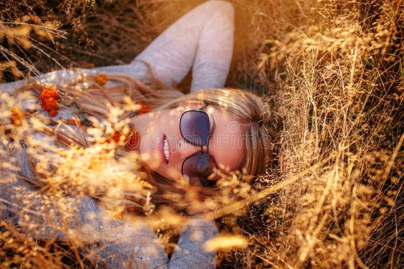 Belle fille blondy dans des lunettes de soleil image libre de droits
