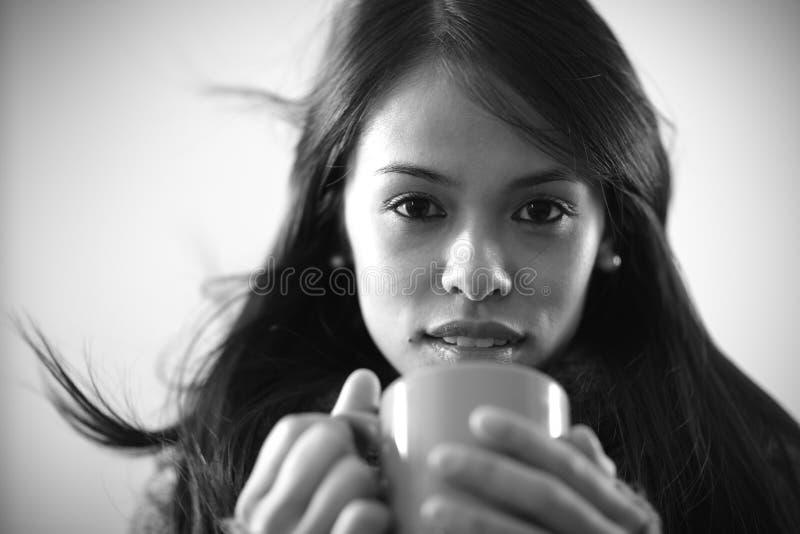 Belle fille buvant une boisson chaude photographie stock