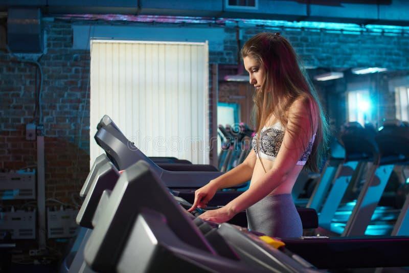 Belle fille courue pendant la séance d'entraînement de forme physique photographie stock libre de droits