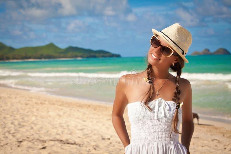 Belle fille détendant en vacances photographie stock