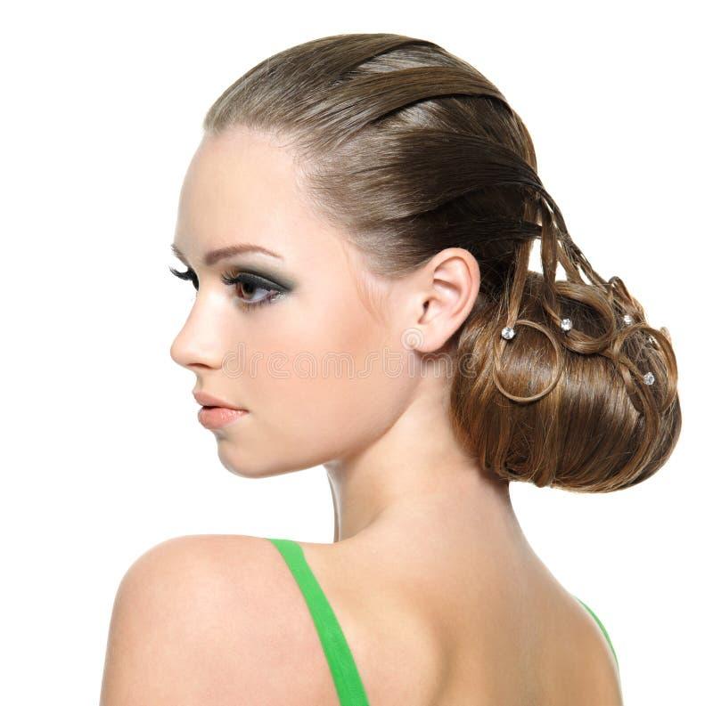 Belle fille d'adolescent avec la coiffure moderne photographie stock