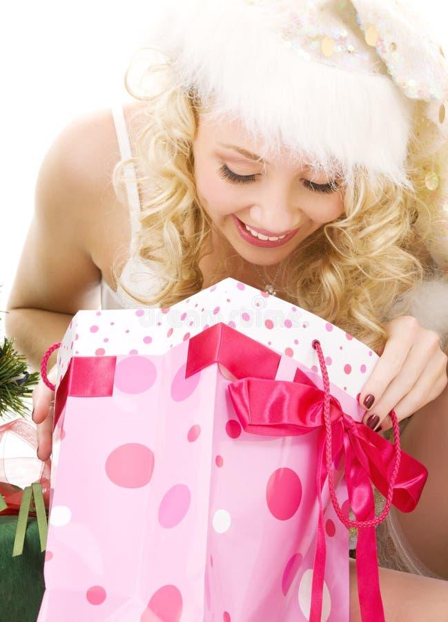 Belle fille d'aide de Santa avec des cadeaux de Noël images libres de droits