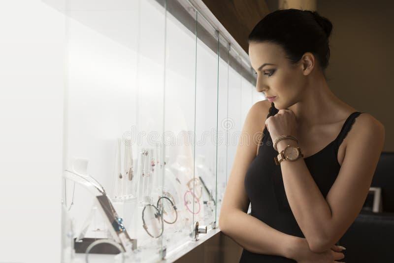 Belle fille dans des bijoux de boutique image libre de droits