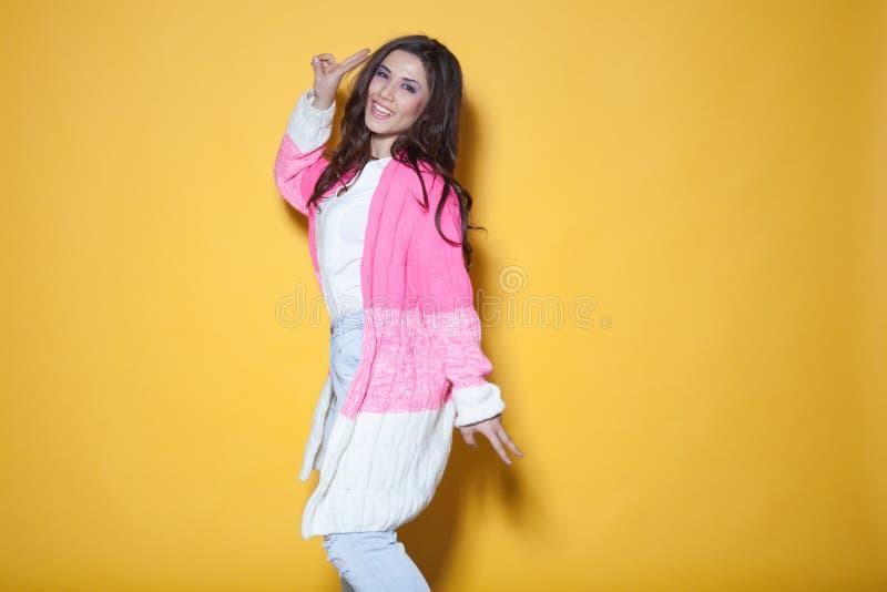Belle fille dans des mains de ondulation colorées d'habillement image stock
