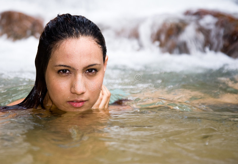 Belle fille dans l'eau images stock