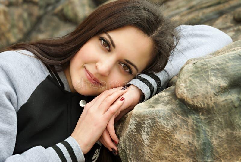 Belle fille dans l'habillement de sports et son sourire photographie stock libre de droits