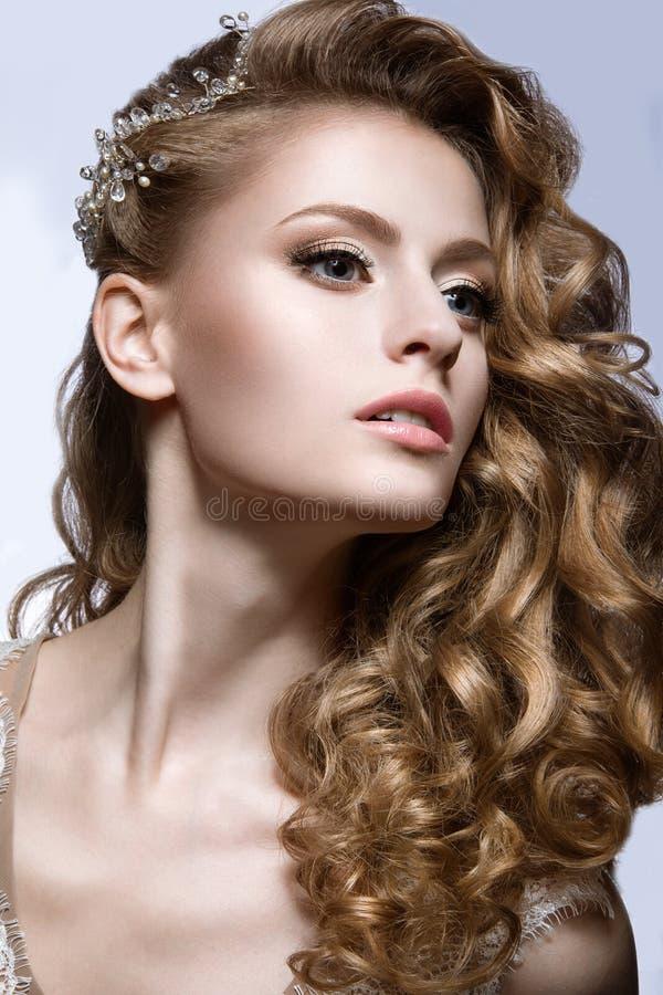 Belle fille dans l'image de mariage avec la barrette dans ses cheveux image stock