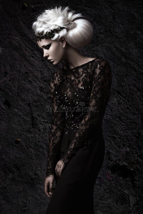 Belle fille dans l'image sombre avec la perruque blanche photo libre de droits