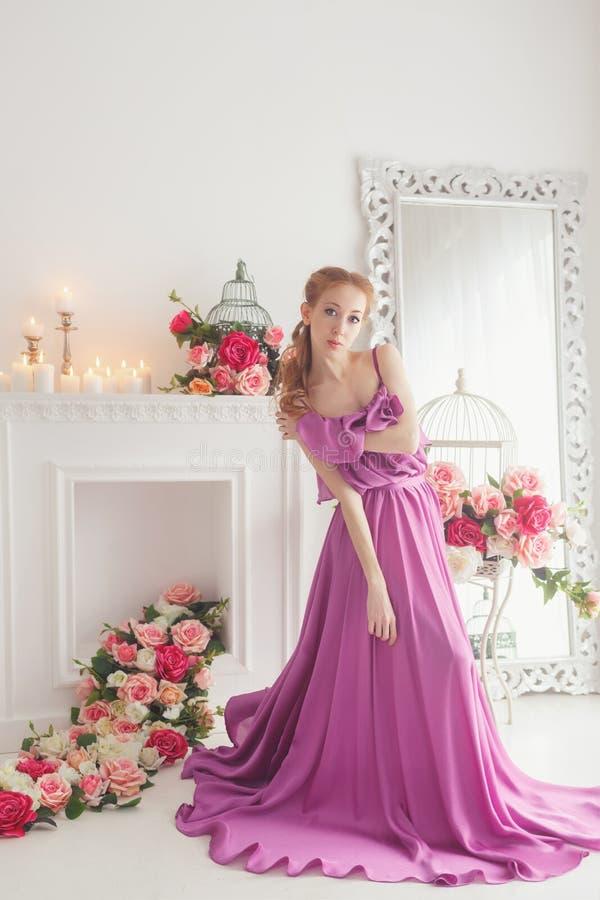 Belle fille dans la belle robe photographie stock libre de droits
