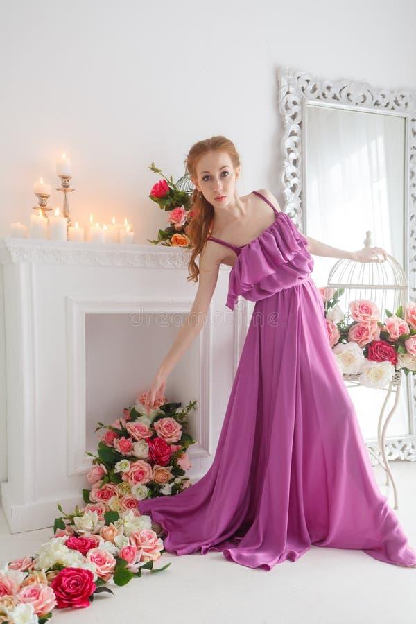 Belle fille dans la belle robe image stock