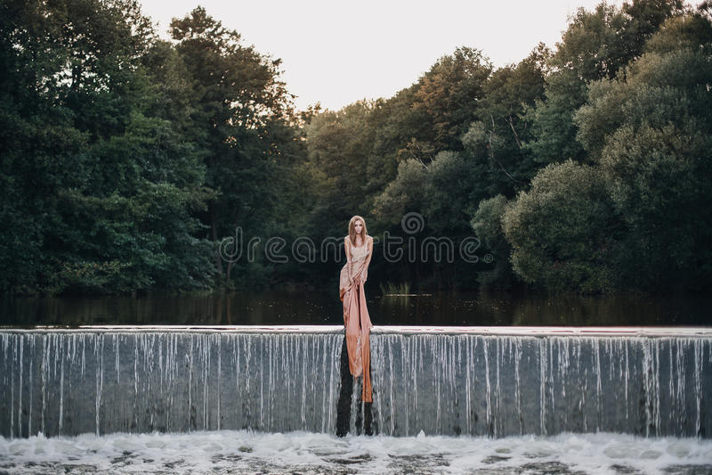 Belle fille dans la cascade photo libre de droits