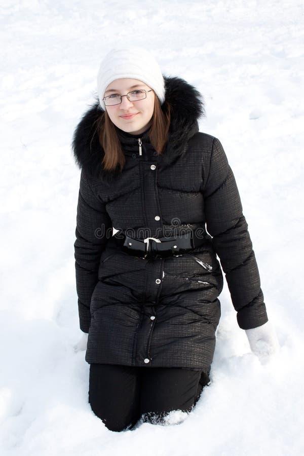 Belle fille dans la neige. images stock