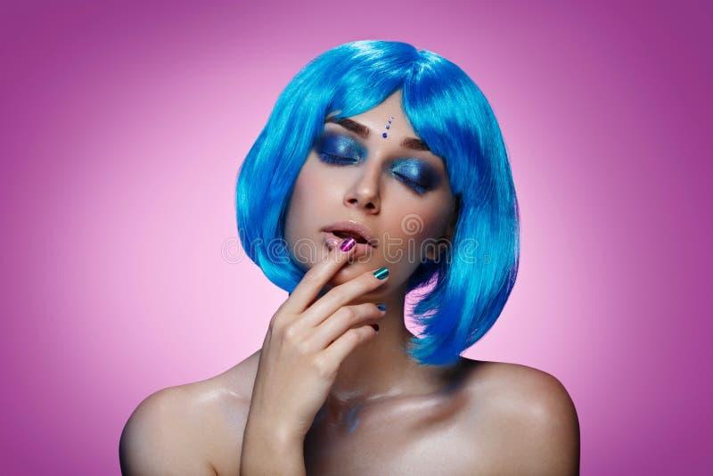 Belle fille dans la perruque bleue photo stock