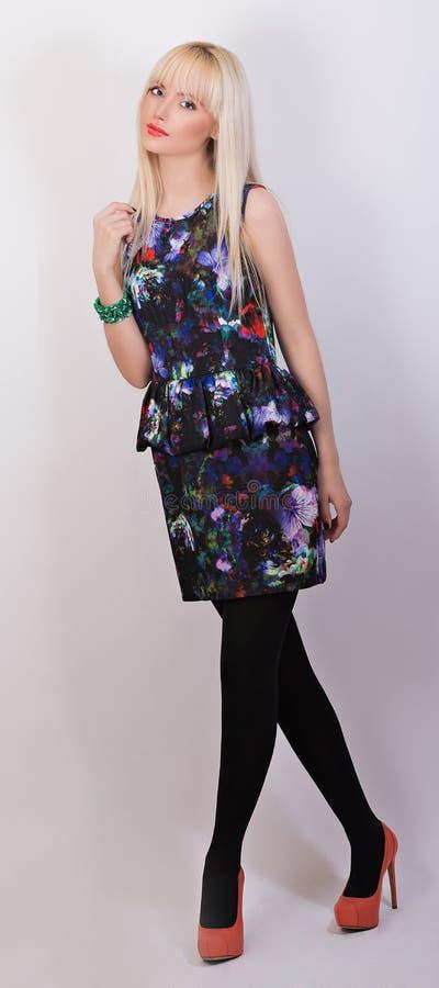 Belle fille dans la robe avec l'impression florale photo stock