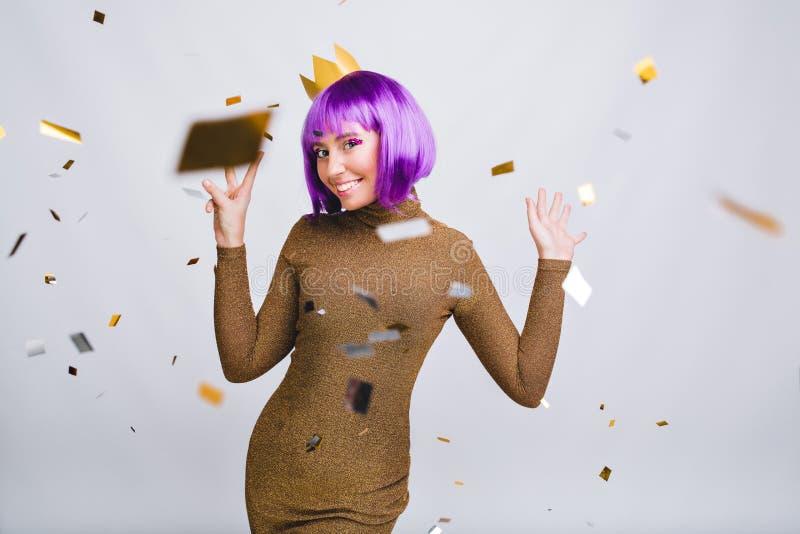Belle fille dans la robe de luxe ayant l'amusement en tresse volante dans le studio Elle porte la coupe de cheveux violette, cour photo stock