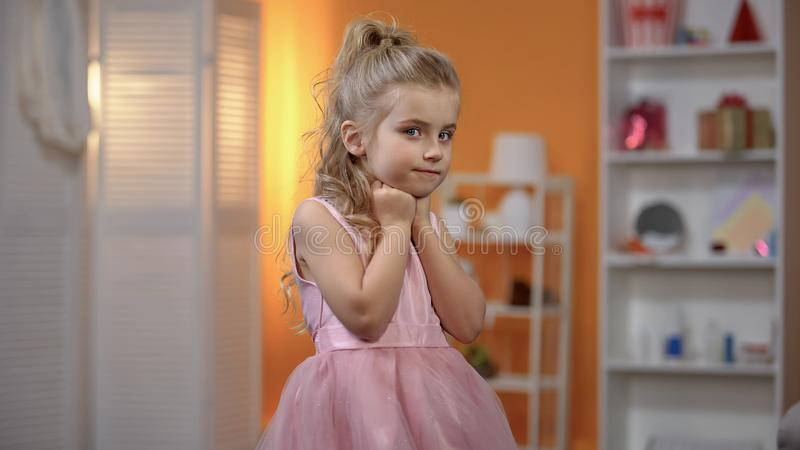 Belle fille dans la robe de princesse posant pour la cam?ra, centre d'?v?nement, c?l?bration photo stock