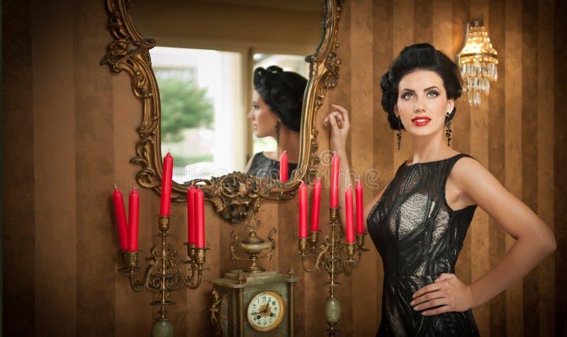 Belle fille dans la robe noire élégante posant dans la scène de vintage Jeune belle femme portant la robe luxueuse Brunette sédui photographie stock