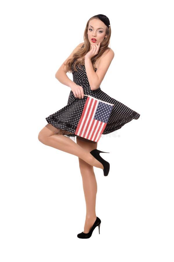 Belle fille dans la robe noire avec le drapeau américain image libre de droits
