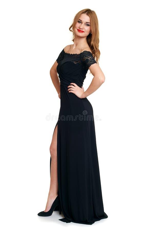 Belle fille dans la robe noire d'isolement sur le fond blanc, concept de vacances photographie stock