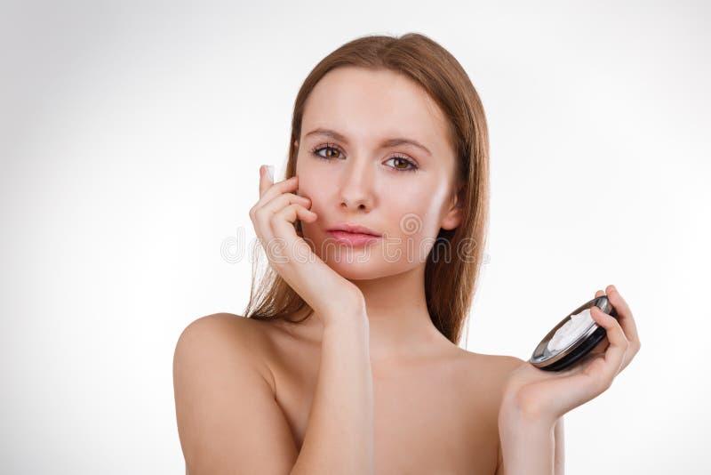 Belle fille dans la salle de bains et masque pour des soins de la peau faciaux photos stock